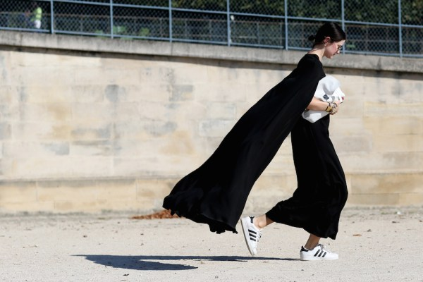 street-style-white-sneakers-trend-18