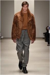 Jil Sander Fall-Winter 2015 Menswear Collection. Minimal design meets a luxurious fabric treatment as Jil Sander flexes a rich attitude with a brilliant, short shearling jacket.