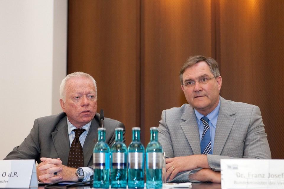 Oberst d. R. Volker Stein und Bundesminister Dr. Franz-Josef Jung bei der IHK Frankfurt zu einer sicherheitspolitischen Diskussion