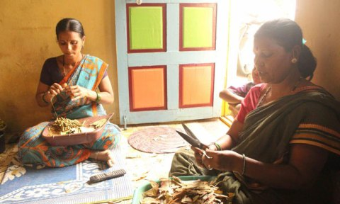 01—Balamani-Ambaiah-Mergu,-a-beedi-worker-(on-the-right),-at-her-house-in-Kumbhari