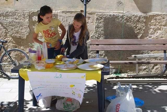 Smart Parents Teach Their Kids These 6 Things About Money - lemonade stand image