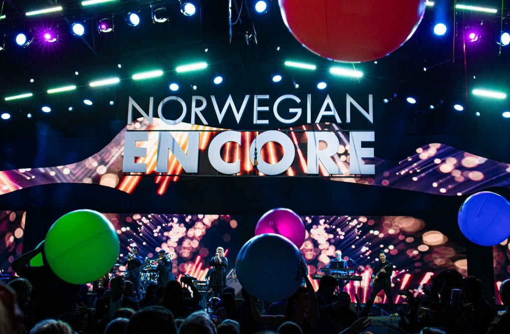 kelly clarkson plays at the norwegian encore christening event