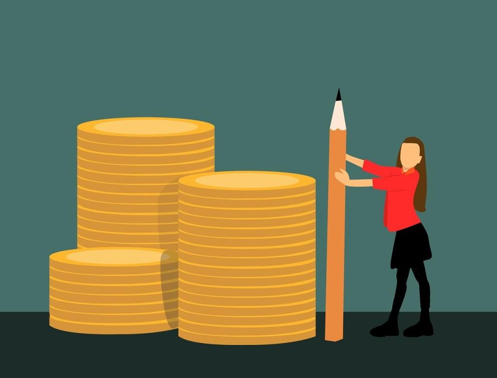 Femme qui mesure de l'argent avec un crayon