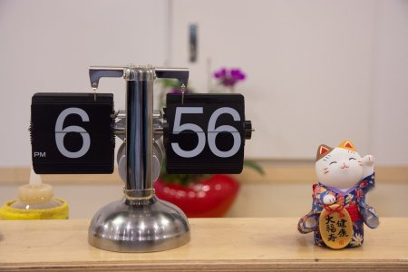 clock-with-lucky-cat