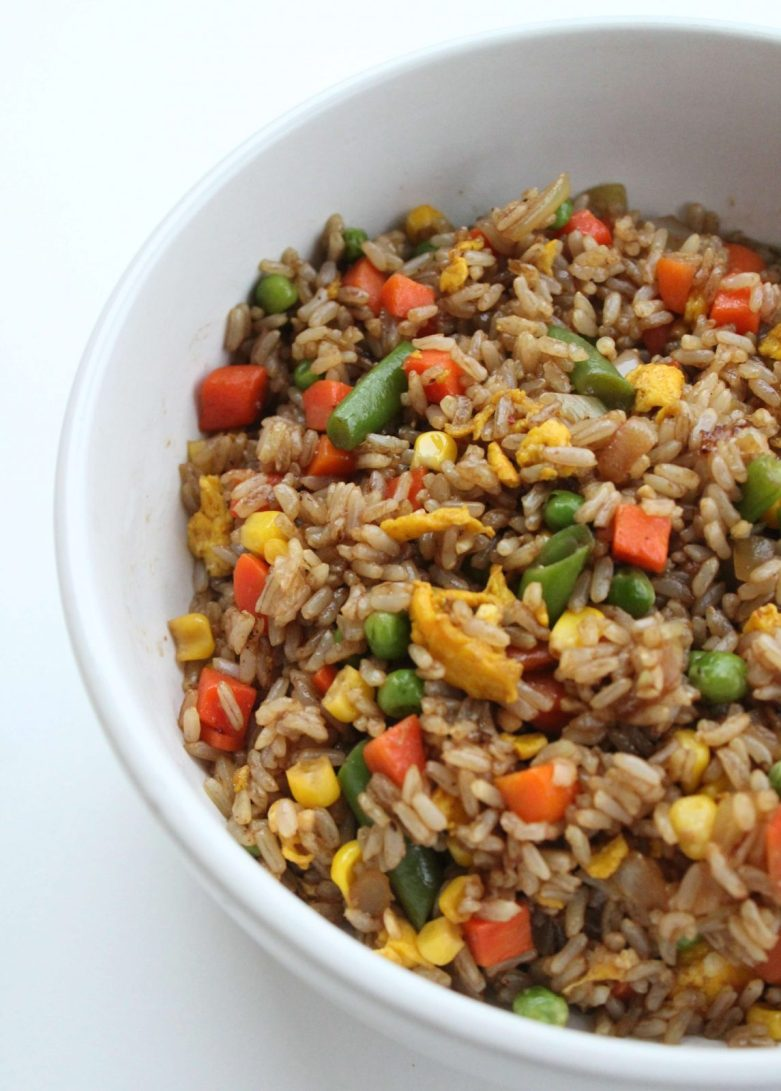 Easy Veggie Fried Rice Recipe - Get a healthy dinner on the table in 20 minutes with this organic fried rice recipe #sponsored @harristeeter