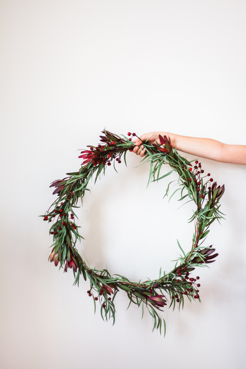 If you are a practicing minimalist there are 15 great minimalist ways to decorate for the holidays. Check out these top minimalist recommendations.