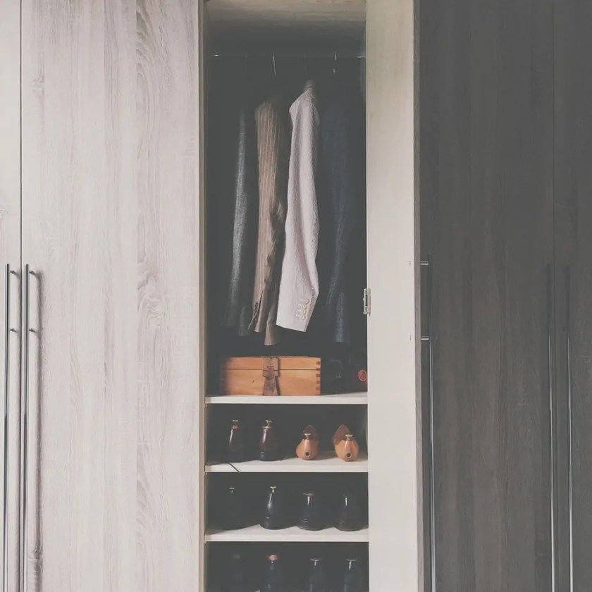 Ready to make a huge step toward downsizing your life? Here's how to get rid of half your stuff fast and with as little effort as possible! #downsizing #declutter #downsizedlife #minimalistliving #becomingminimalist