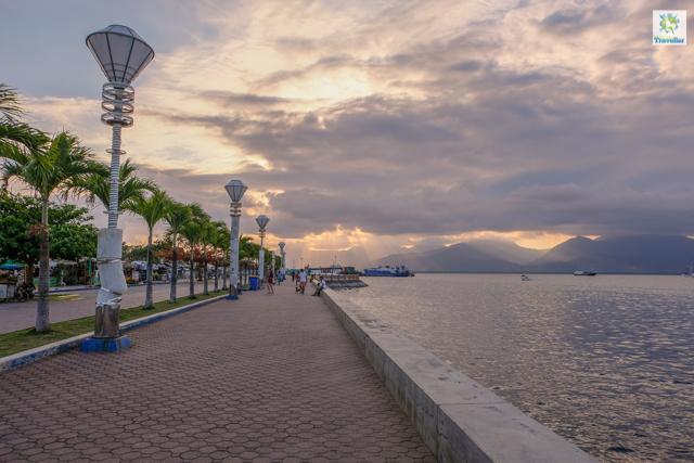 Puerto Princesa Baywalk at sundown.