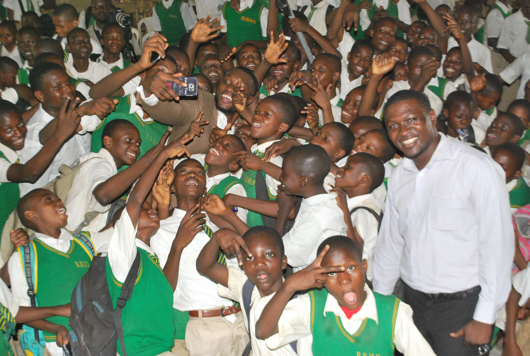 Emmanuel-Ikubueze-taking-a-selfie-with-the-students