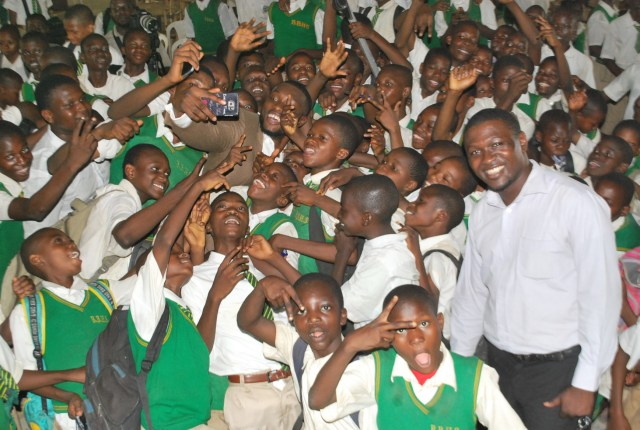 Emmanuel-Ikubueze-taking-a-selfie-with-the-students