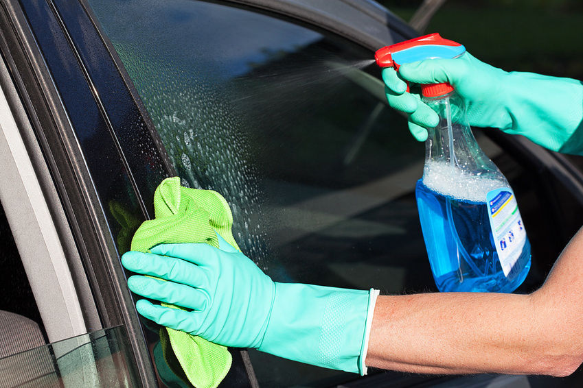 Limpando o vidro do seu carro