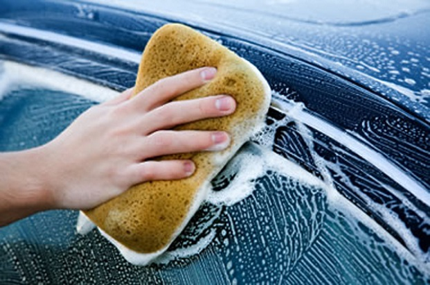 Lavando o carro com agua e sabao