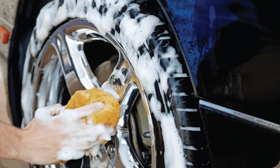 limpando as rodas do seu carro
