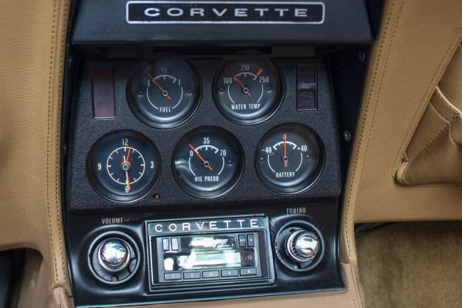 1973-chevrolet-corvette-stingray-painel-central
