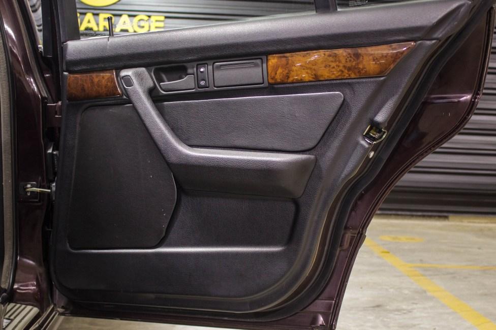 1994-BMW-540i-E34-the-garage-carros-antigos-capa-de-porta-original
