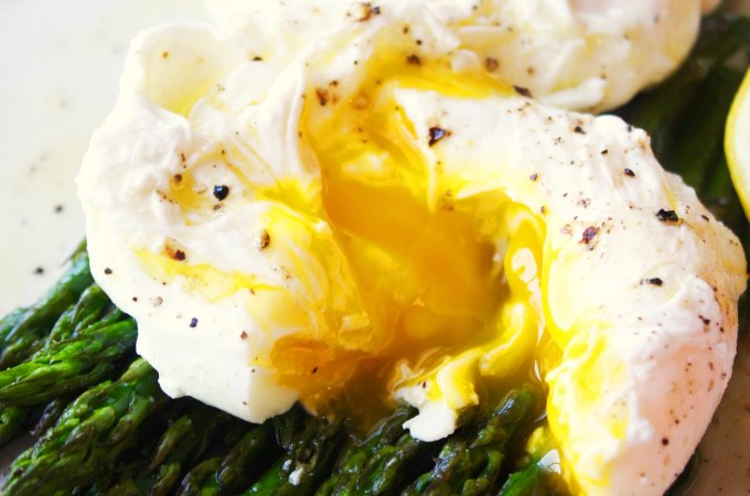 Poached Eggs over Roasted Asparagus with Lemon Vinaigrette [21 Day Fix]