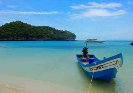 Beautiful photo of koh samui and the coastline in thailand with blue boat!