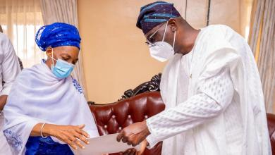 Photo of Sanwo-olu Receives Notes Late Jakande Left For Him, As Governor Visits Widow