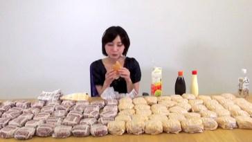 hamburger yiyen kız