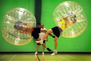 Bubble Soccer - Scontro tra due giocatori