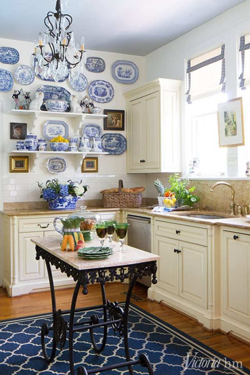 blue-and-white-chinese-export-plates-gallery-wall-staffordshire-dogs-kitchen