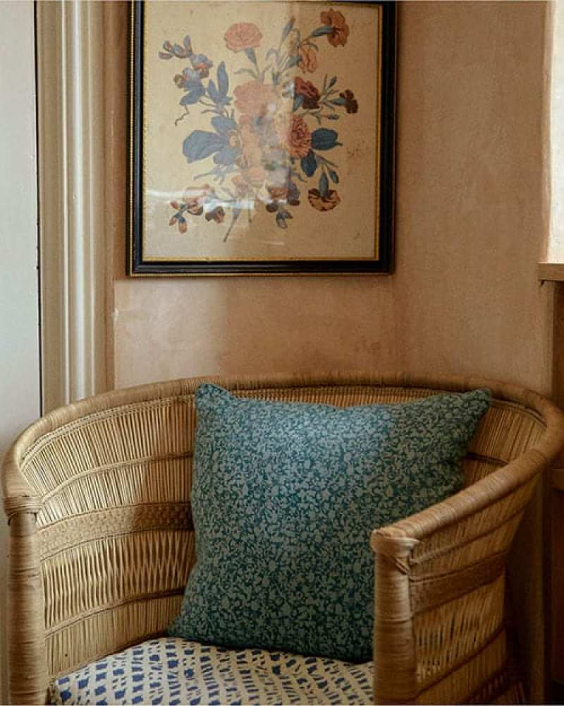 tory-burch-feature-amanda-brooks-cutter-brooks-english-country-side-england-rattan-chair-geometric-block-prints-framed-botanicals-florals