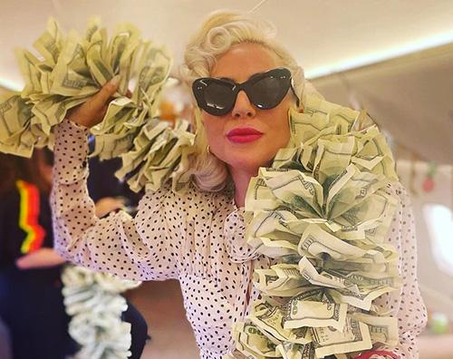 lady gaga Lady Gaga, sciarpa di banconote a Las Vegas
