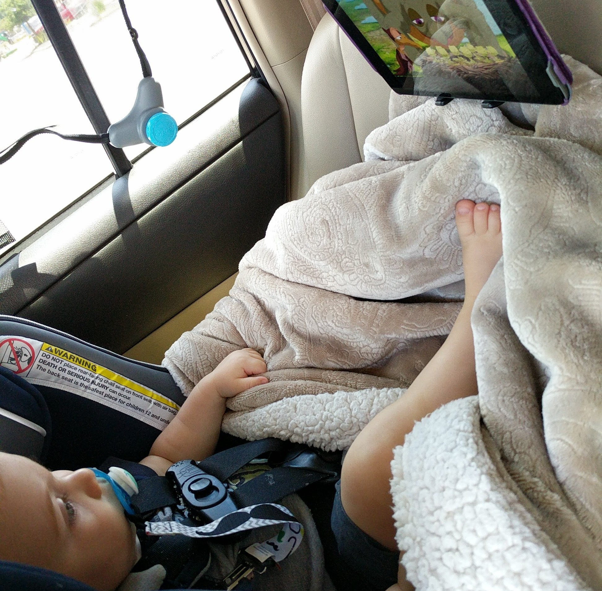 how to survive a road trip with your toddler, Logan in carseat