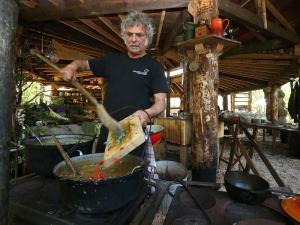 Oerkok Theo in de nieuwe veldkeuken Oerkoken The Green Circle - Workshops in de Natuur