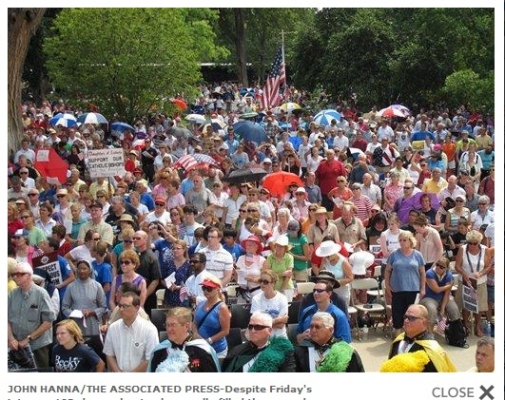 Screenshot of an AP photo of the crowd at the Topeka, Kansas, Rally for Freedom.