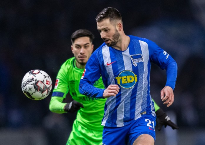 BERLIN, GERMANY - JANUARY 25: Marvin Plattenhardt of Hertha BSC is challenged by Suat Serdar from FC Schalke 04 during the Bundesliga match between Hertha BSC and FC Schalke 04 in the Olympic Stadium on January 25, 2019 in Berlin, Germany. (Photo by Boris Streubel / Bongarts / Getty Images)