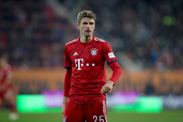 AUGSBURG, GERMANY - FEBRUARY 15: Thomas Mueller of FC Bayern Muenchen looks up during the Bundesliga match between FC Augsburg and Bayern Munich in the WWK Arena on February 15, 2019 in Augsburg, Germany. (Photo by Alexander Hassenstein / Bongarts / Getty Images)
