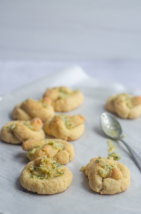 In love with Italian food while eating keto? These low-carb garlic knots will satisfy your cravings! Gluten-free, grain-free, dairy-free.