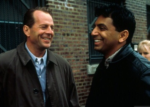 Bruce Willis and M. Night Shyamalan behind the scenes of 'The Sixth sense' (1999)