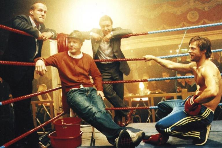 Director Guy Ritchie behind the scenes with Brad Pitt, Jason Statham and Stephen Graham of 'Snatch' (2000)