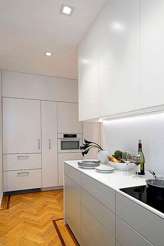 kitchen updates metal cabinets 纽约公寓的更新厨房展示了时尚 实用的设计 设计师在厨房的每一寸空间都创造了存储空间 同时保持整洁 这为桌椅提供了空间 为更新后的厨房提供了全新的功能 cezign提供的照片和信息