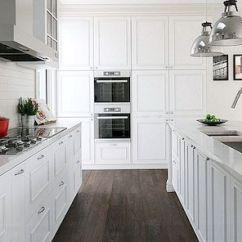 Coastal Kitchen Rugs White Island With Stools 厨房地板理念和材料的终极指南 传统上木材一直位于买家的地板选择列表之上 根据谷物和年龄 木材具有独特的高端 温暖外观 但厨房里的木材需要特别保护 以防止多余的水分