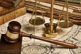 Prison warden slaps lawyer in court