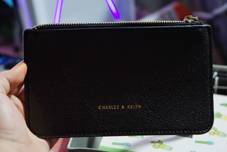 A simple yet beautiful purse. Black? So sexy!