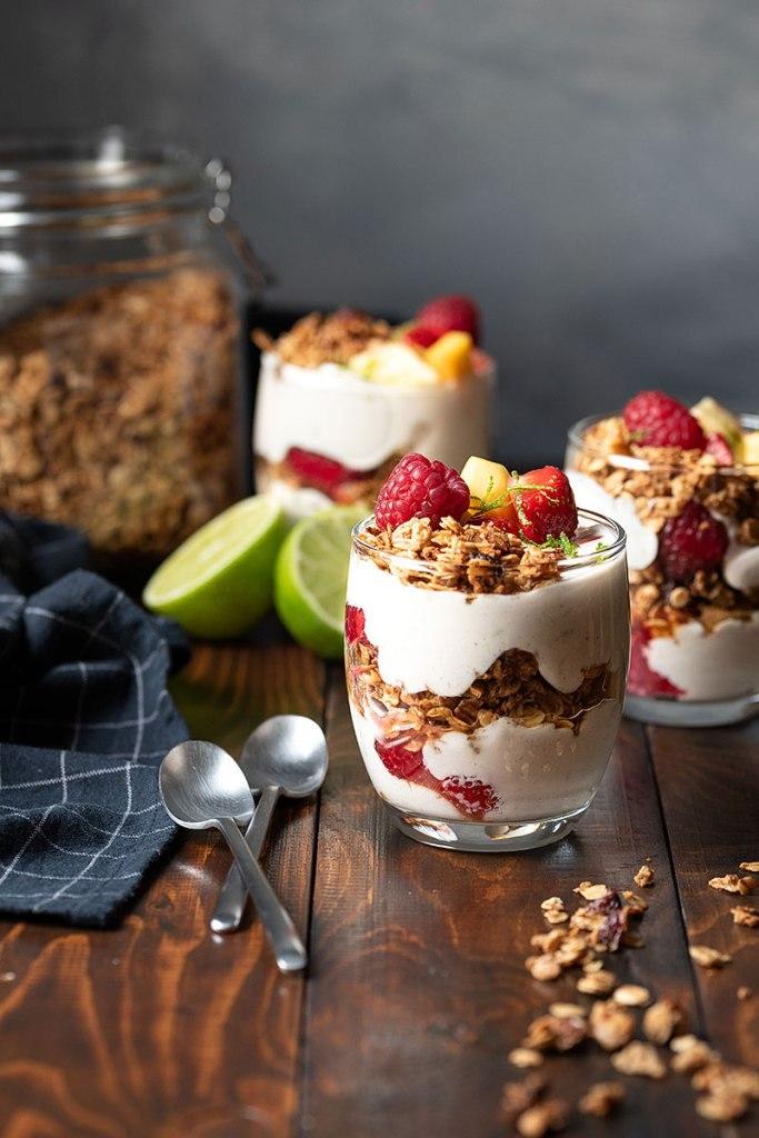 Υγιεινό παρφέ γιαουρτιού με μέλι και φρούτα 4