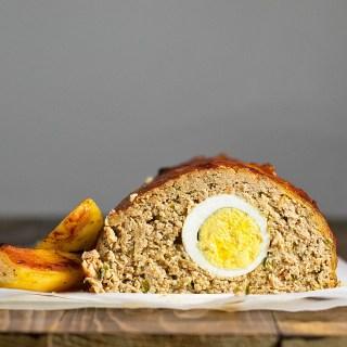 Αφράτο ρολό κιμά γεμιστό με αυγά στο φούρνο