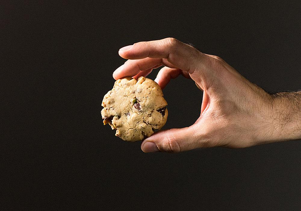 crispy pistachio and chocolate chip cookies 4