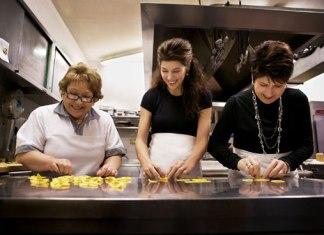 marissa-tomei-making-pasta