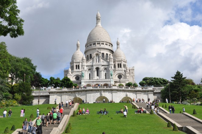 Rare sight of an empty lawn in front of the Sacré-Coeur