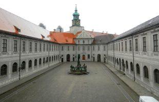 fountain-courtyard-munich-residenz-germany