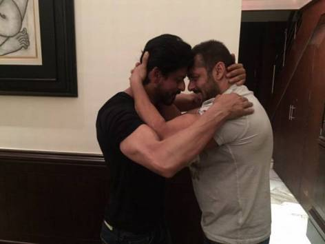 A Fan Brutally Tried To Troll Shahrukh Khan Saying He Loves Salman Khan And Here's How The King Replied