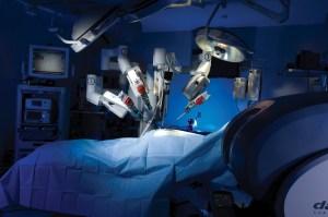 une salle d'opération où un robot multibras commandé à distance opère le patient, une innovation scientifique franco-indienne