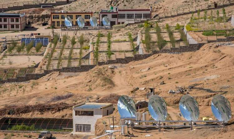 Inde l'énergie solaire permet le développement de zones pauvres et chaudes