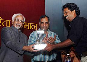 The Vice President, Shri Mohd. Hamid Ansari giving away the Udayan Smriti Patrakarita Samman-2007 to the Photographer of Malayala Manorama, Shri Arjun Sridhar, organised by Udayan Sharma Foundation Trust, in New Delhi on July 11, 2008.