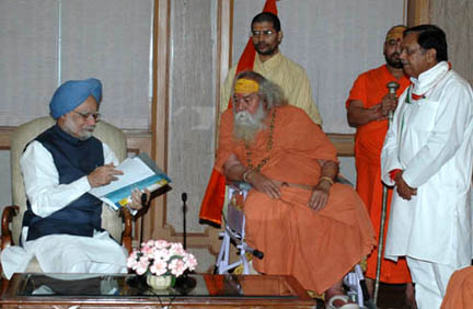 A delegation led by Swami Swaroopanand Saraswati Ji comprising of environmentalists and others meeting the Prime Minister, Dr. Manmohan Singh, under the auspices of the Ganga Seva Abhiyan, in New Delhi on October 16, 2008.